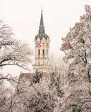 Église dans Schrobenhausen derrière les arbres givrés Photos libres de droits