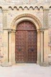 Église de Beaujolais d'en de Salles avec un portail élégant du 12ème siècle Photographie stock libre de droits