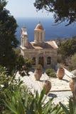 Église de bord de la mer il les arbres Images stock