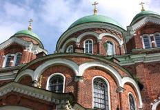 Église de brique avec des dômes Image stock