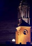 Église de cathédrale à Poznan la nuit avec la lune Photographie stock libre de droits