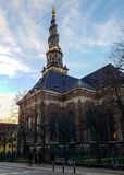 Église de Christiansborg de notre flèche de sauveur et maisons scandinaves à Copenhague, Danemark photo stock