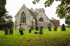 Église de Crowhurst, au nord-ouest de Hastings, de Sussex est, Angleterre - à la maison à quelques if, houx et chênes antiques photos stock