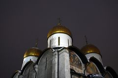 Église de Dormition la nuit Points de repère de Moscou Kremlin Photo couleur photos stock