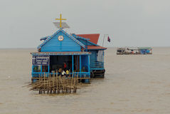 Église de flottement sur le lac sap de Tonle image stock