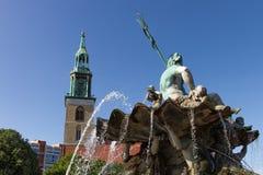 Église de fontaine et de rue Mary de Neptune Images stock