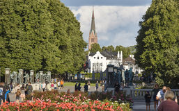 Église de forêt de parc de la Norvège Oslo Vigeland et pont de sculptures Photos libres de droits