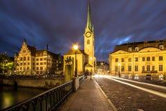 Église de Fraumuenster la nuit, Zurich Images stock