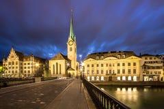 Église de Fraumuenster la nuit, Zurich Photographie stock libre de droits