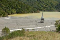 Église de Geamana sur le lac pollué Photographie stock libre de droits