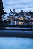 Église de jésuite et rivière de Reuss Image stock