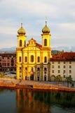Église de jésuite par la rivière de Reuss en luzerne Image stock