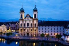 Église de jésuite par la rivière de Reuss par nuit Image stock