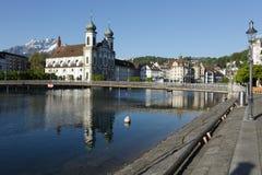 Église de jésuite par la rivière Reuss en luzerne Photographie stock libre de droits