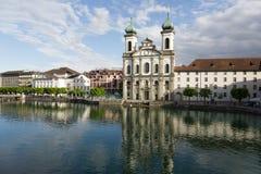 Église de jésuite vers le bas par la rivière Reuss Photo libre de droits