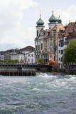 Église de jésuite vers le bas par la rivière Reuss en luzerne Photo libre de droits