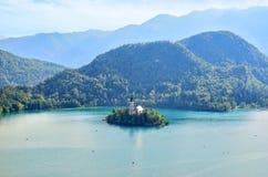 Église de l'hypothèse dans le lac saigné, Slovénie Photographie stock