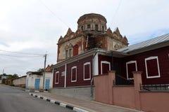 Église de l'intervention de la Vierge Marie bénie et du Maison-musée Tikhon Nikolayevich Khrennikov dans la ville d'Elets, Li Image stock