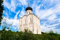 Église de l'intervention de la Vierge Marie sur la rivière de Nerl le jour lumineux d'été Images stock