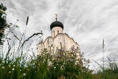 Église de l'intervention de la Vierge Marie sur la rivière de Nerl le jour lumineux d'été Image stock
