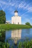 Église de l'intervention de la Vierge Marie sur la rivière de Nerl le jour lumineux d'été Images libres de droits