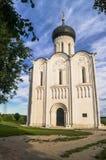 Église de l'intervention de la Vierge Marie sur la rivière de Nerl le jour lumineux d'été Photographie stock libre de droits