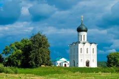 Église de l'intervention sur le fleuve Nerl Image stock