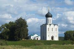 Église de l'intervention sur le fleuve Nerl Photo stock
