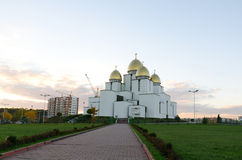 Église de la nativité de la Vierge bénie sur le fond de ciel Photos libres de droits