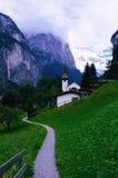 Église de Lauterbrunnen et chemin de hausse Image stock