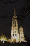 Église de Lit d'inondation et yard de tombe la nuit Photographie stock libre de droits