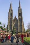 Église de Ludmila de saint avec des marchés de Noël Photos libres de droits