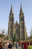Église de Ludmila de saint avec des marchés de Noël Images stock