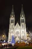 Église de Ludmila de saint avec des marchés de Noël - nuit Photographie stock