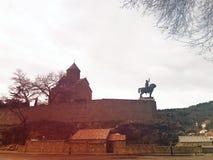 Église de Metekhi et la statue équestre du Roi Vakhtang Gorgasali à Tbilisi photographie stock