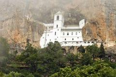 Église de monastère chrétien Ostrog, Monténégro photographie stock libre de droits