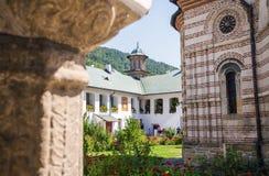 Église de monastère de Cozia avec les touristes de visite Images libres de droits