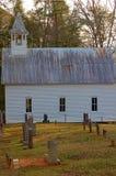 Église de montagne avec cementary Image stock