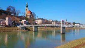 Église de Mullner et pont, Salzbourg, Autriche banque de vidéos