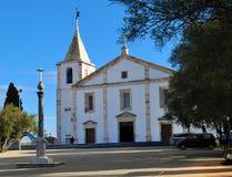 Église de notre Madame et d'un pilori image stock