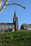 Église de Saint-Jean-Sart sur un dessus de colline Photos libres de droits