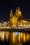 Église de Saint-Nicolas à Amsterdam la nuit Photo libre de droits