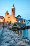 Église de Sant Bertomeu et de Santa Tecla dans Sitges par nuit C?te Brava, Espagne Photographie stock
