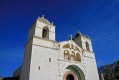 Église de Santa Ana de Maca contre le ciel bleu vif, canyon de Colca, région d'Arequipa, Pérou photos libres de droits