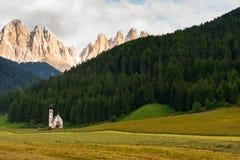 Église de Santa Maddalena en vallée de Val di Funes Image stock