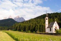 Église de Santa Maddalena en vallée de Val di Funes Image libre de droits