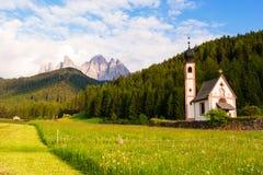 Église de Santa Maddalena en vallée de Val di Funes Photographie stock
