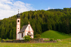 Église de Santa Maddalena en vallée de Val di Funes Images stock