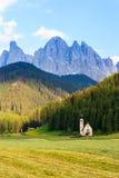 Église de Santa Maddalena en vallée de Val di Funes Photos stock