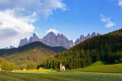 Église de Santa Maddalena en vallée de Val di Funes Images libres de droits